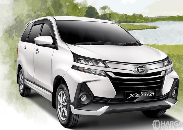 Gambar ini menunjukkan Daihatsu Grand New Xenia 2019 warna putih tampak bagian depan