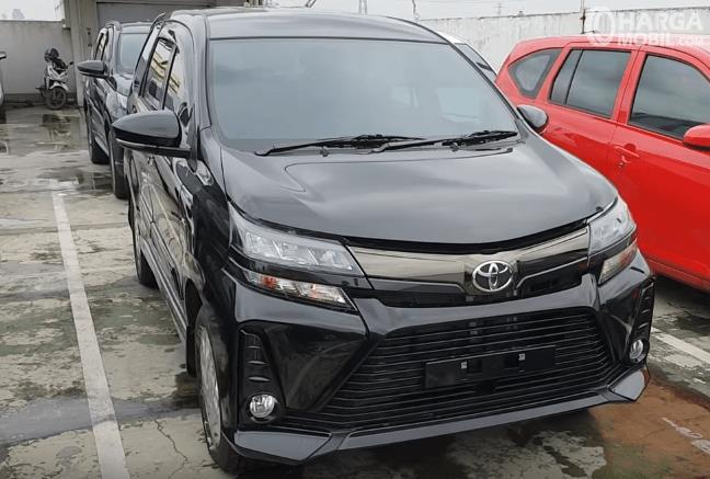 Gambar ini menunjukkan Toyota New Veloz 1.3 L 2019 warna hitam tampak depan