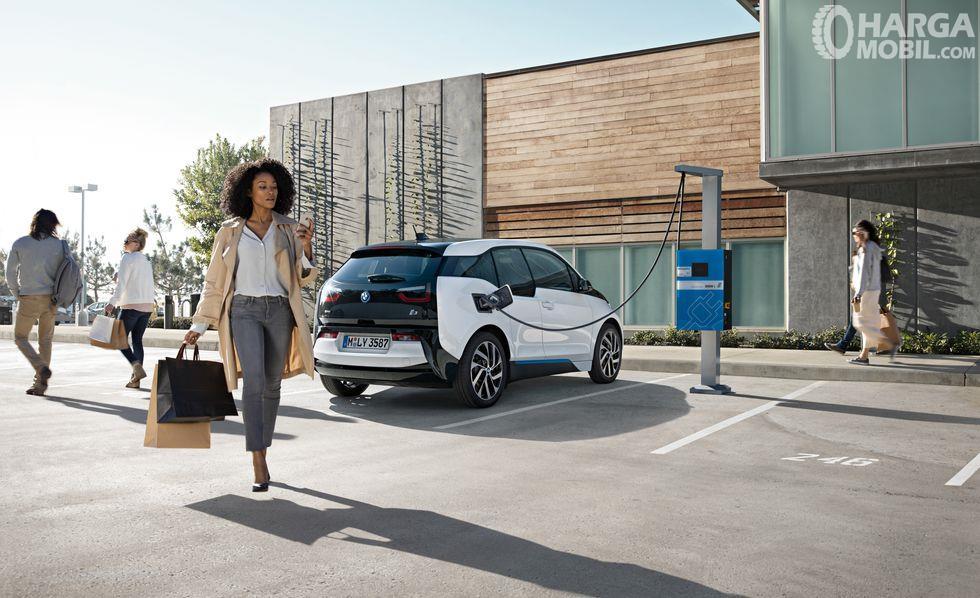 Fitur BMW i3 2014 terbilang spesial karena sudah memiliki mesin yang ramah lingkungan dan sangat irit