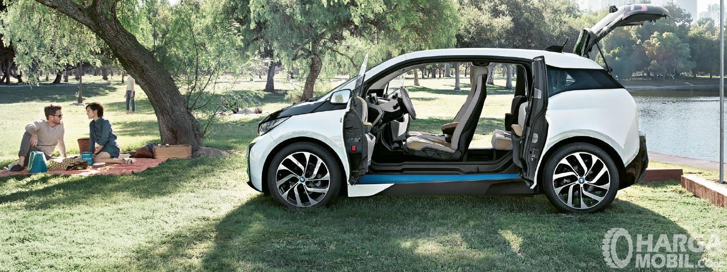 Eksterior samping BMW i3 2014 menggunakan ban berukuran 19 inci