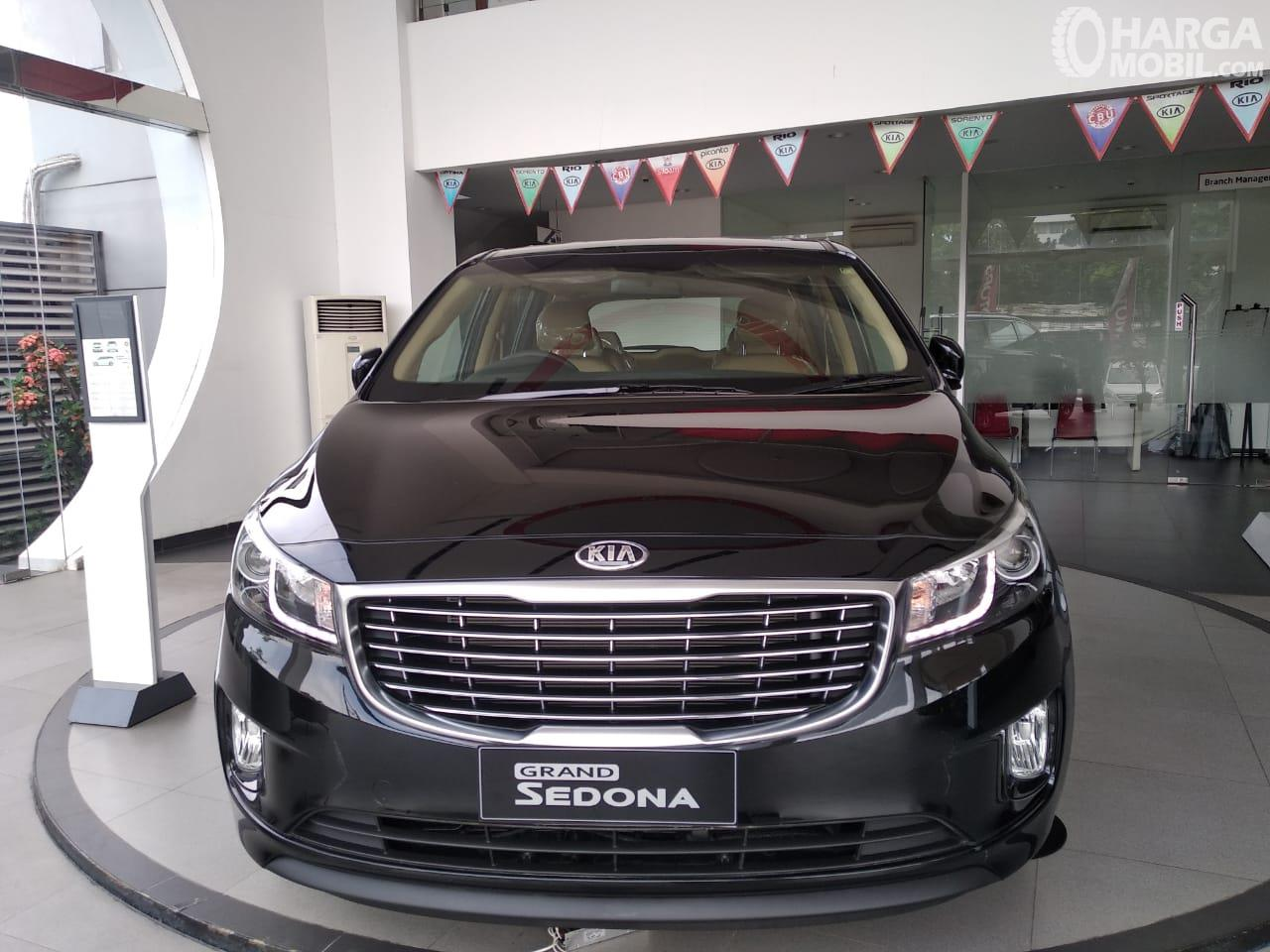 KIA Grand Sedona Diesel warna Aurora Black Pearl tampak dari depan