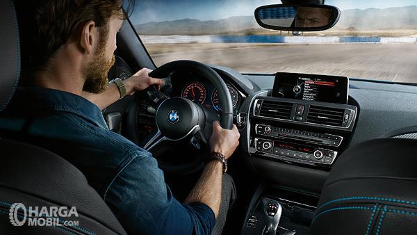 Dashboard BMW M2 Coupe 2018 tampil sangat ergonomis