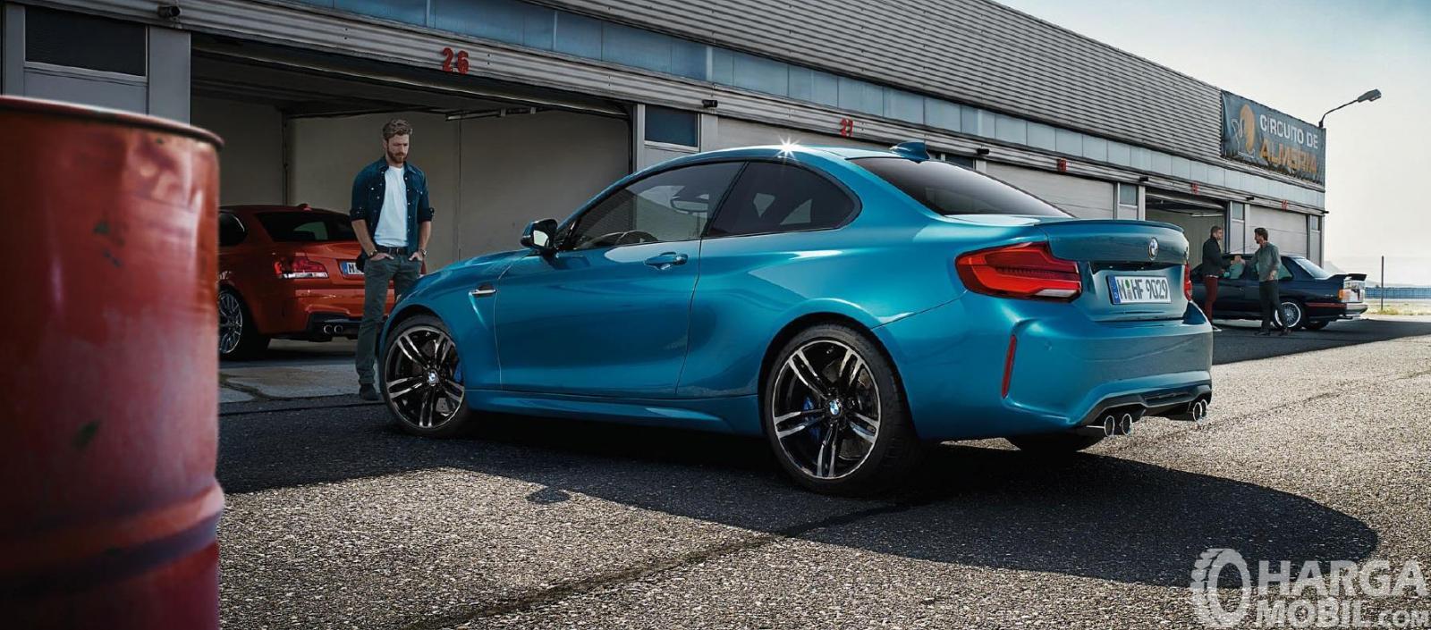 Eksterior samping BMW M2 Coupe 2018 menggunakan ban berukuran 19 inci