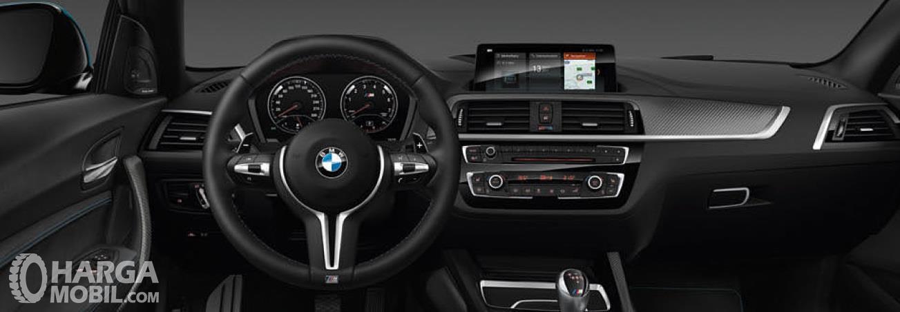 Setir BMW M2 Coupe 2018 menggunakan desain berbeda yang hanya dimiliki keluarga BMW M saja