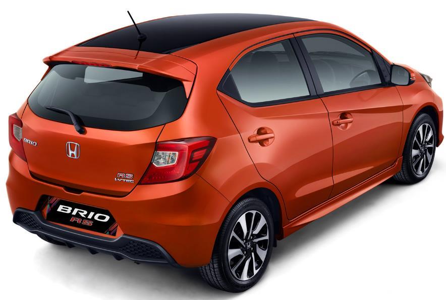 Gambar ini menunjukkan mobil Honda Brio RS warna Orange tampak bagian belakang