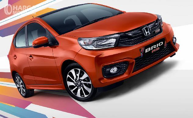 Gambar ini menunjukkan Honda Brio RS warna orange tampak bagian depan