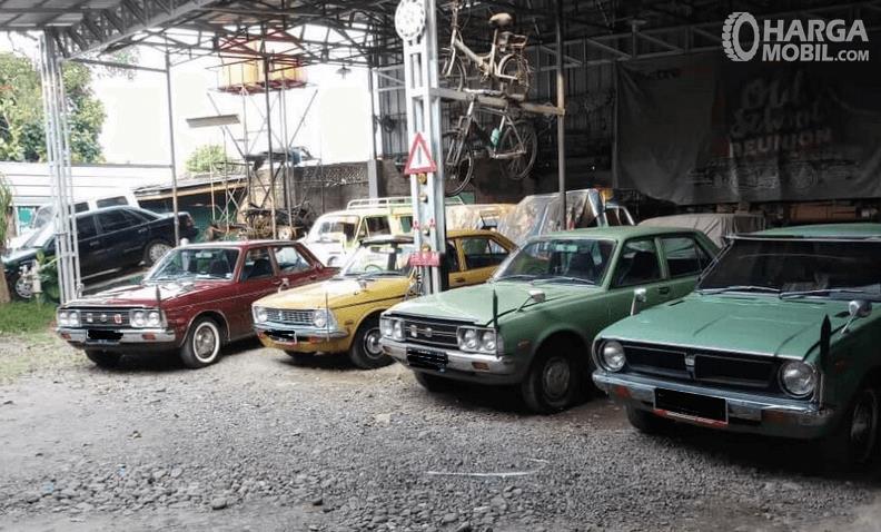 Gambar ini menunjukkan beberapa mobil tua yang terawat sedang terparkir