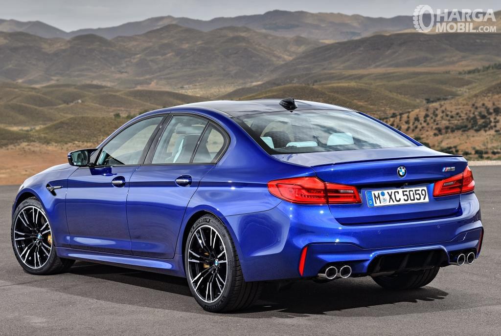 Eksterior belakang BMW M5 2018 dihias apik dengan Shark Fin Antenna