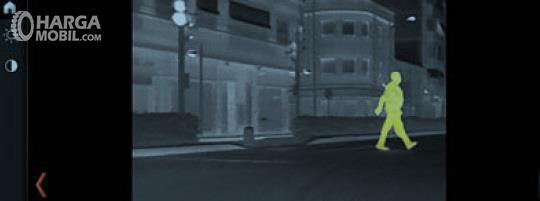 BMW M5 Night Vision menggunakan sensor panas yang dapat mendeteksi objek seperti pejalan kaki maupun hewan