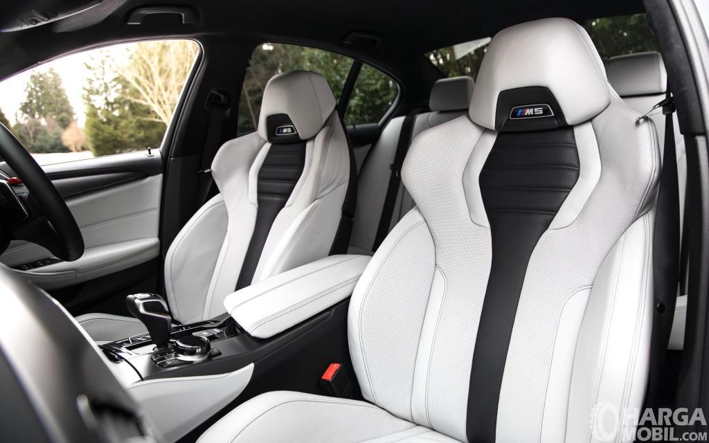 Kursi BMW M5 2018 dibalut bahan nyaman yakni kulit Merino Upholstery