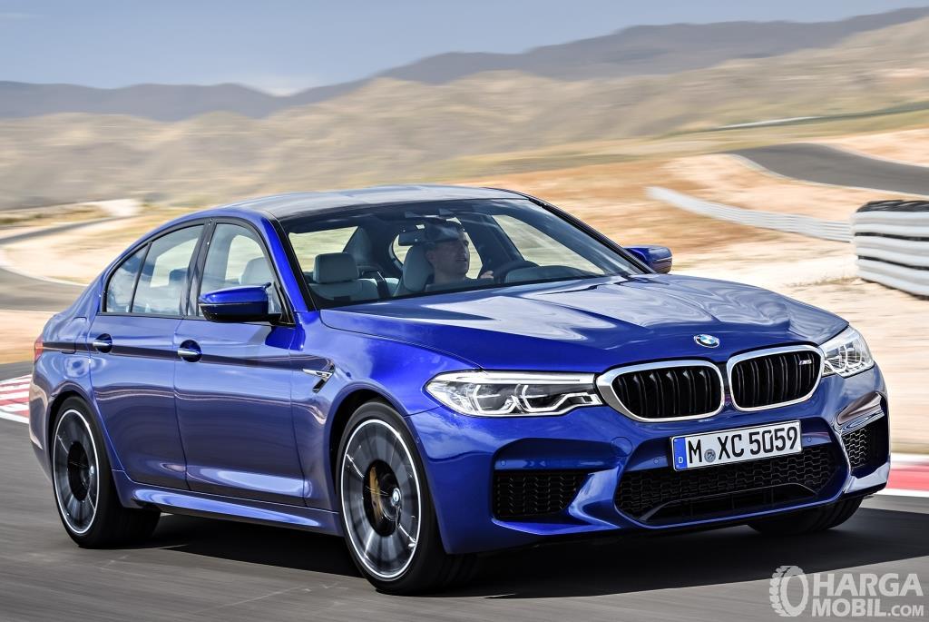 Eksterior samping BMW M5 2018 menggunakan lekuk bodi aerodinamis