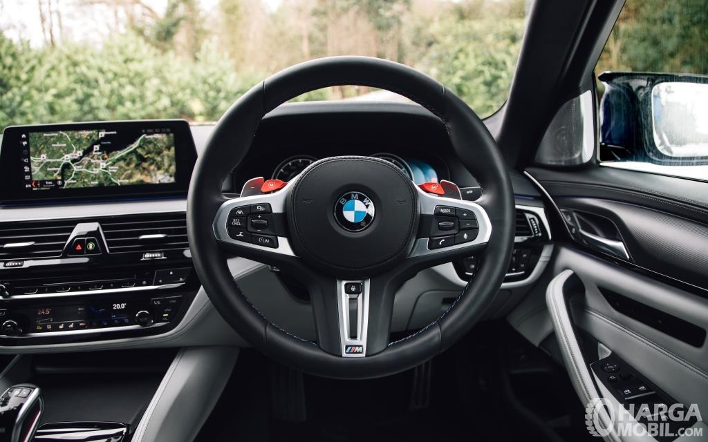 Setir BMW M5 2018 dikemas sangat elegan dibalut bahan kulit berkualitas