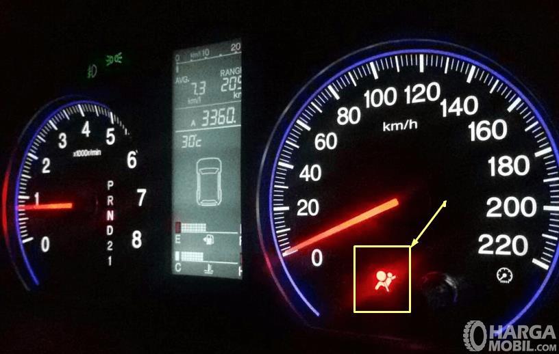Gambar ini menunjukkan indikator airbag  pada panel instrumen kendaraan