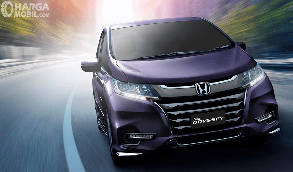 Gambar ini menunjukkan mobil Honda Odyssey tampak bagian depan sedang melaju