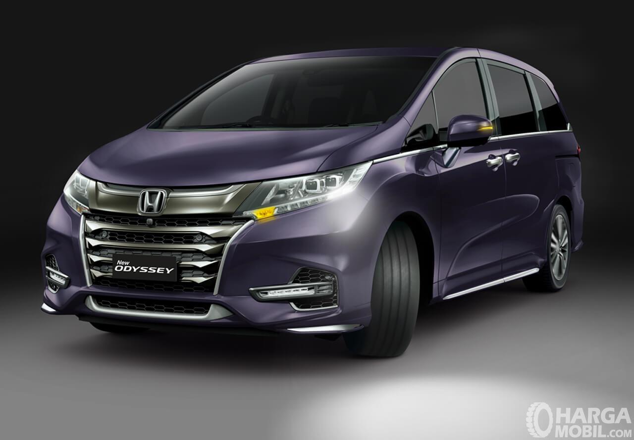 Gambar ini menunjukkan mobil Honda Odyssey 2.4 L Prestige warna Premium Spice Purple Pearl