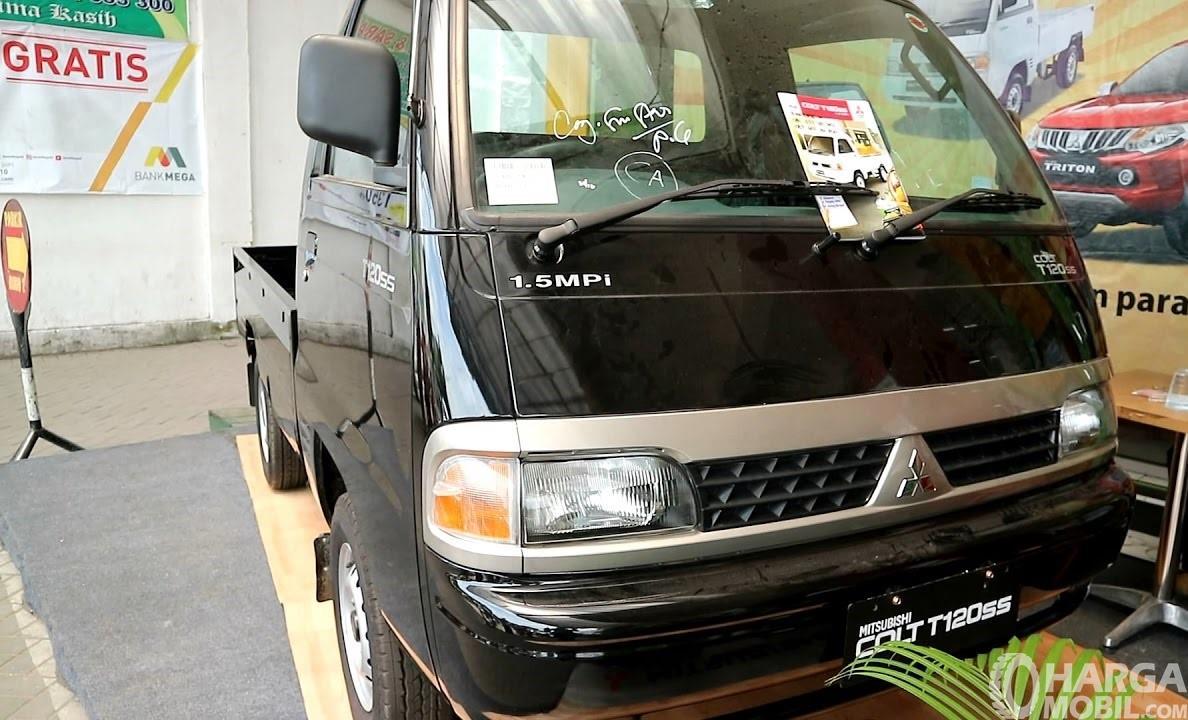 Foto Mitsubishi Colt T120ss hitam tampak dari depan