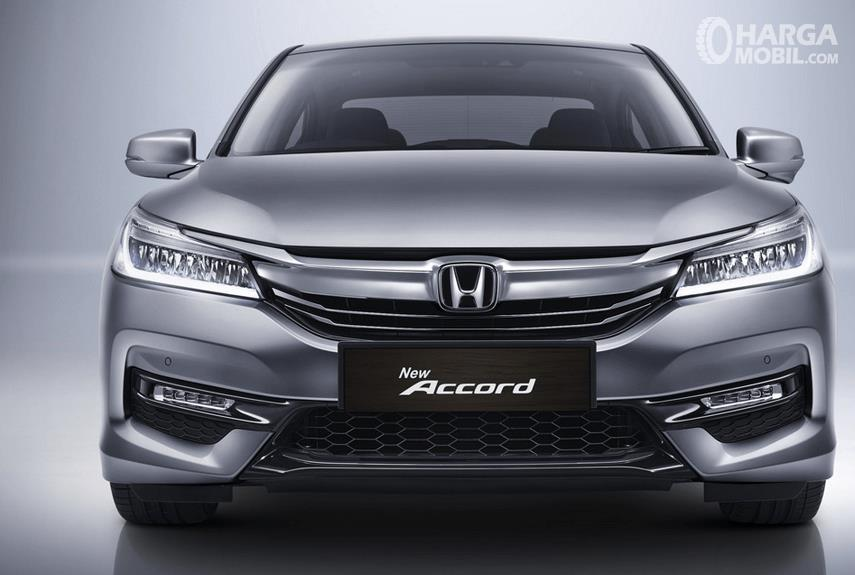 Gambar ini menunjukkan Mobil Honda Accord warna silver tampak depan