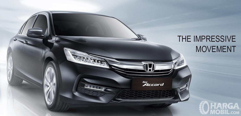Gambar ini menunjukkan mobil Honda Accord warna hitam tampak depan dan bagian samping kanan