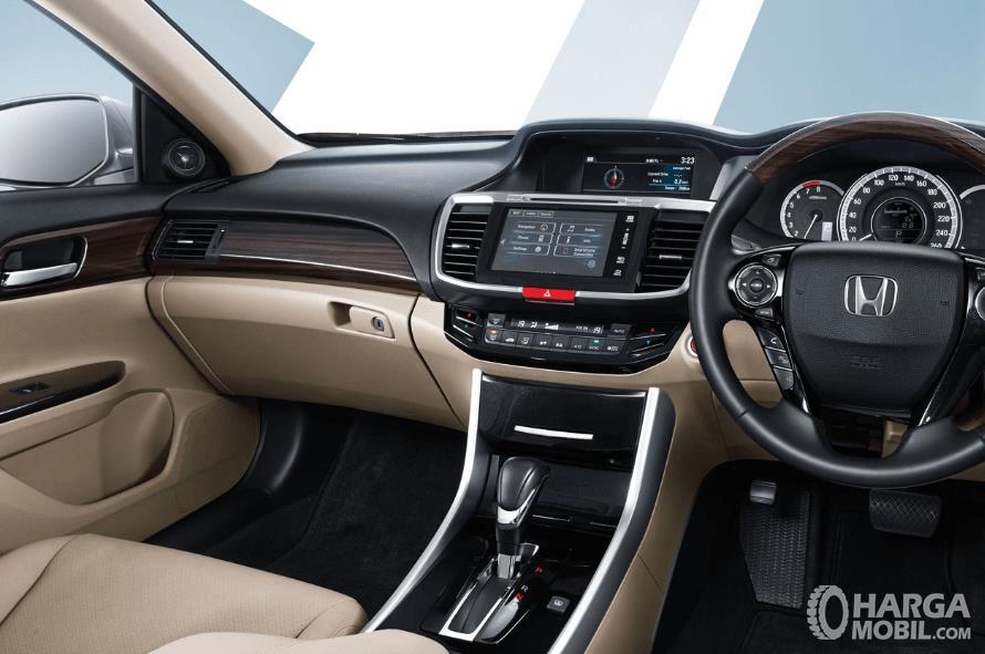 Gambar ini menunjukkan bagian interior mobil Honda Accord terlihat tampak mewah
