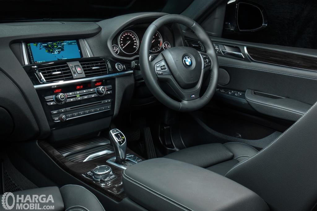 Dashboard BMW X4 xDrive28i M Sport 2014 dibekali fitur-fitur lengkap yang mungkin terlihat rumit bagi pengguna pertama