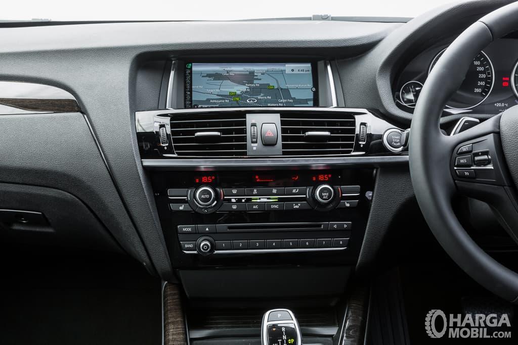 Fitur BMW X4 xDrive28i M Sport 2014 tampil cukup menghibur khususnya dalam kualitas audio