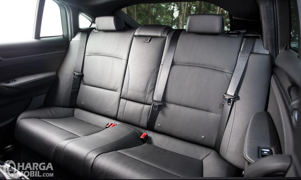 Kursi BMW X4 xDrive28i M Sport 2014 mampu menampung hingga 5 orang sekaligus