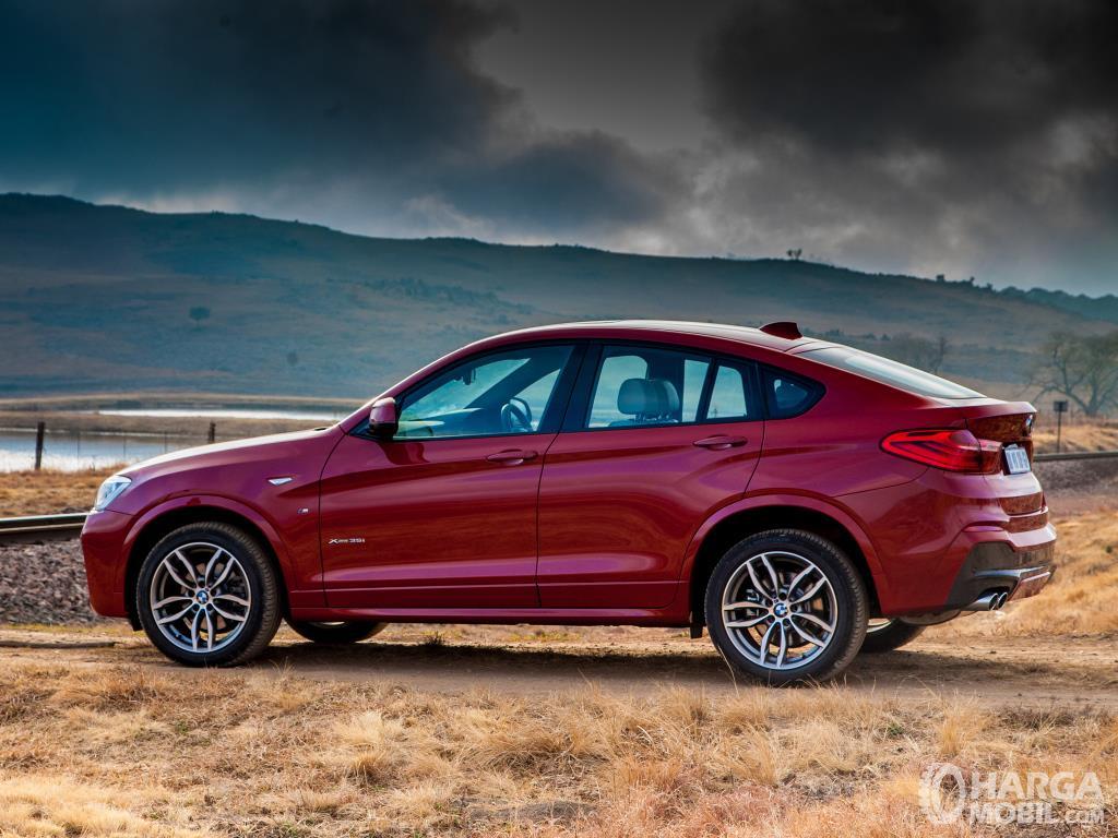 Samping BMW X4 xDrive28i M Sport 2014 tampil menarik dengan lekuk atap seksi ala kupe