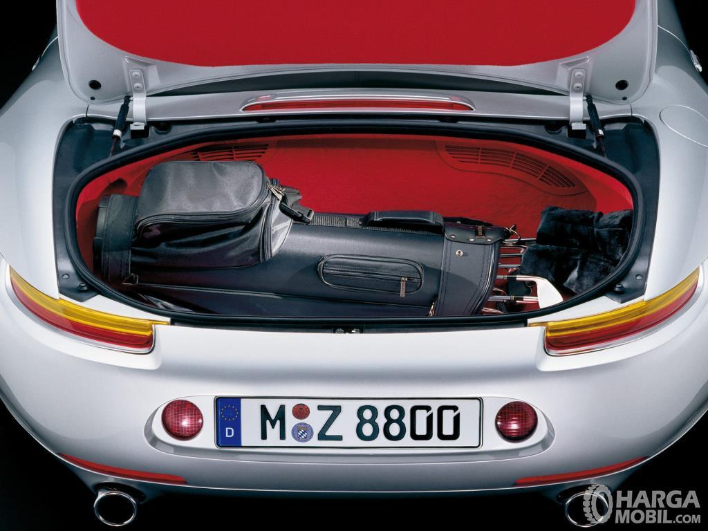 Bagasi BMW Z8 2000 mampu menampung barang bawaan Anda
