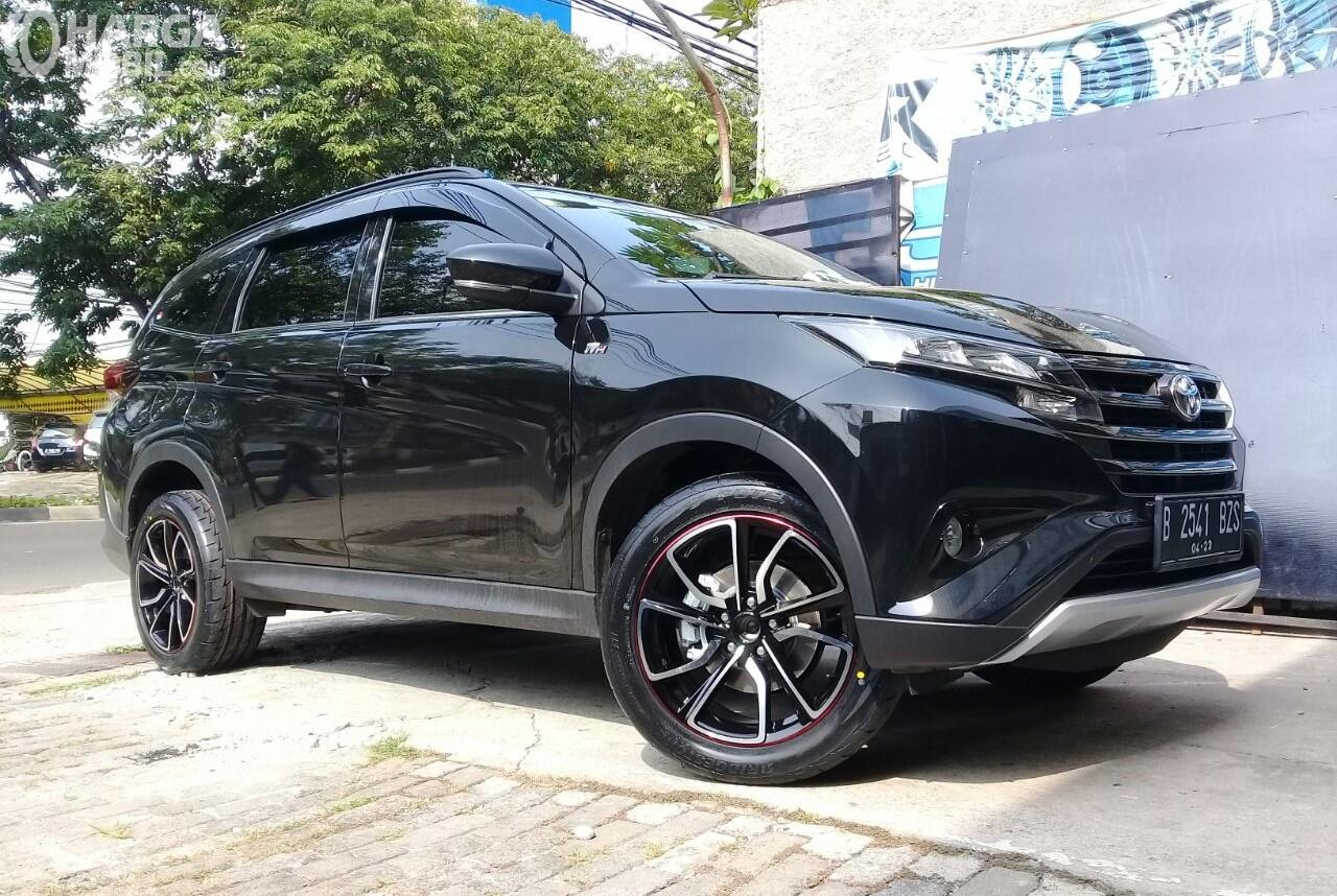 Foto Toyota Rush warna hitam, tampak dari samping depan