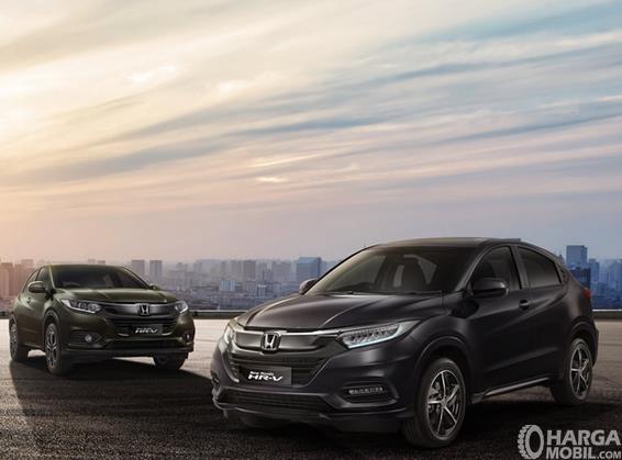 Gambar ini menunjukkan 2 buah mobil Honda HR-V dengan warna yang berbeda