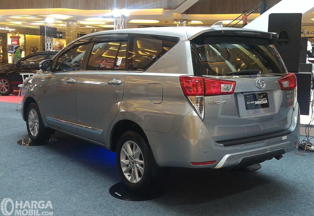 Foto Toyota Kijang Innova tampak dari samping belakang