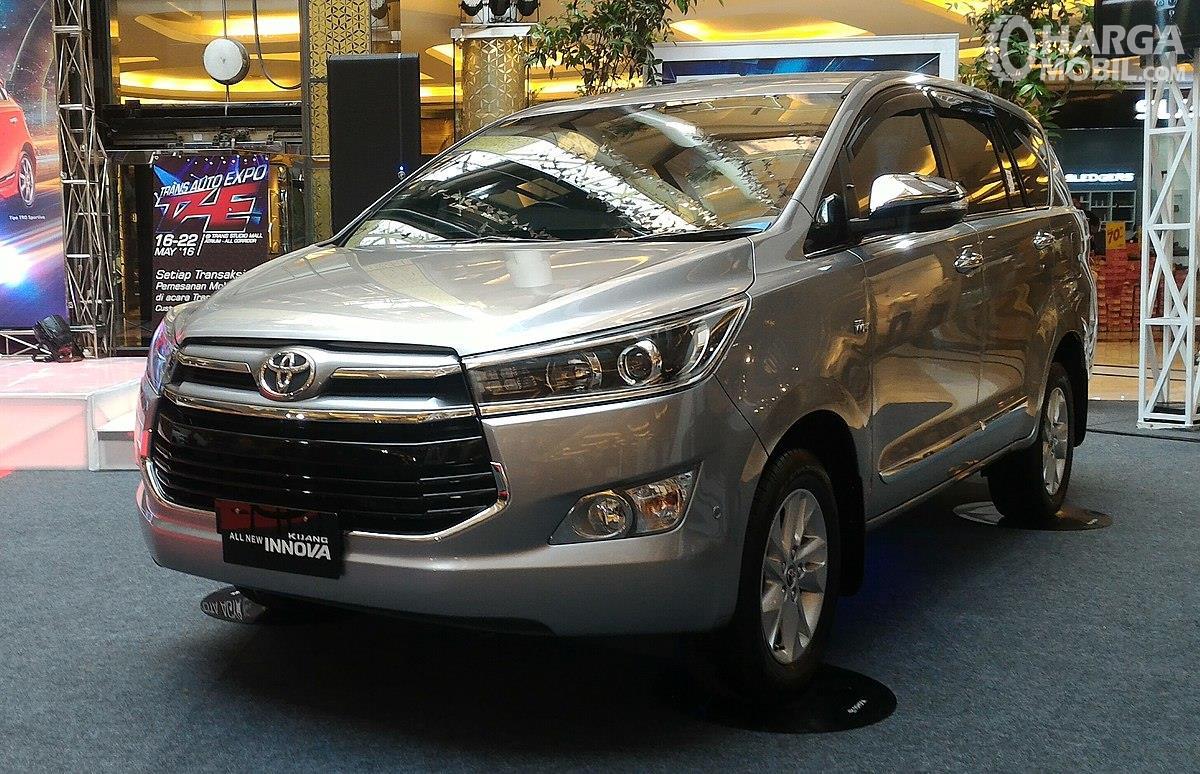 Foto Toyota Kijang Innova tampak dari samping depan