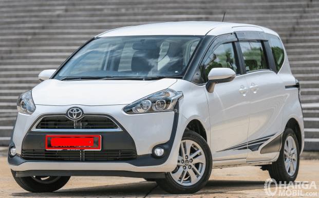 Gambar ini menunjukkan Mobil Toyota Sienta Tipe G tampak depan dengan warna putih