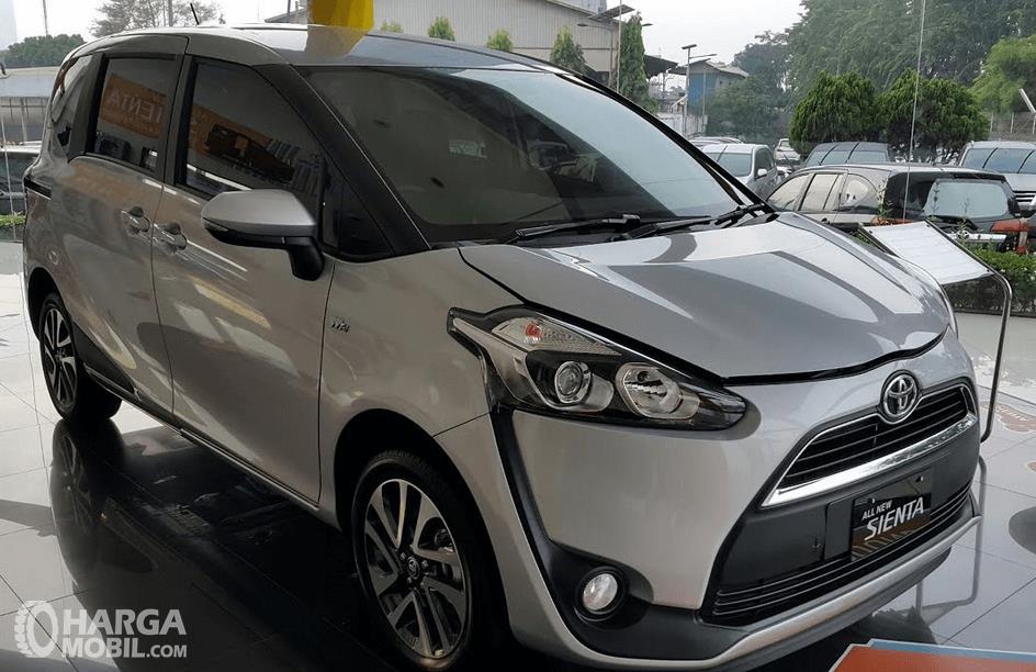 Gambar ini menunjukkan Mobil Toyota Sienta Tipe V warna putih