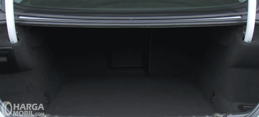 Gambar ini menunjukkan bagasi mobil BMW M6 2013