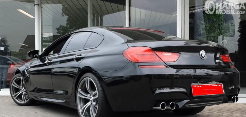 Gambar ini menunjukkan bagian belakang mobil BMW M6 2013 warna hitam