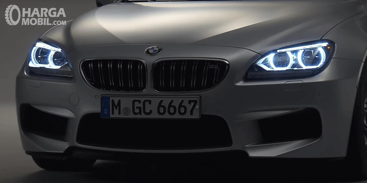 Gambar ini menunjukkan bagian depan mobil BMW M6 2013