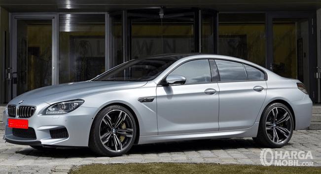 Gambar ini menunjukkan bagian samping dari BMW M6 2013 warna putih