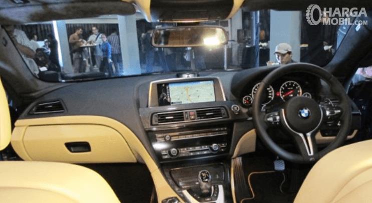 Gambar ini menunjukkan dashboard dan kemudi pada mobil BMW M6 2013
