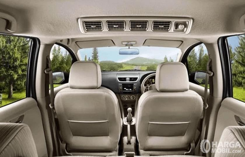 Gambar ini menunjukkan kabin mobil dingan AC mobil Double Blower terlihat tengah kabin ada kisi-kisinya