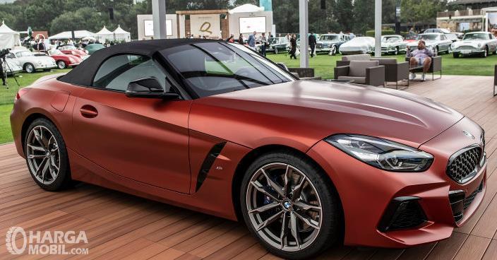 Gambar ini menunjukkan bagian samping mobil BMW Z4 M40i 2018
