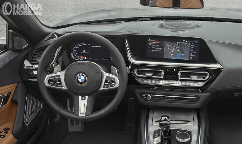 Ga,bar ini menunjukkan interior depan BMW Z4 M40i 2018 dengan dan terlihat dashboard dan kemudi mobil BMW