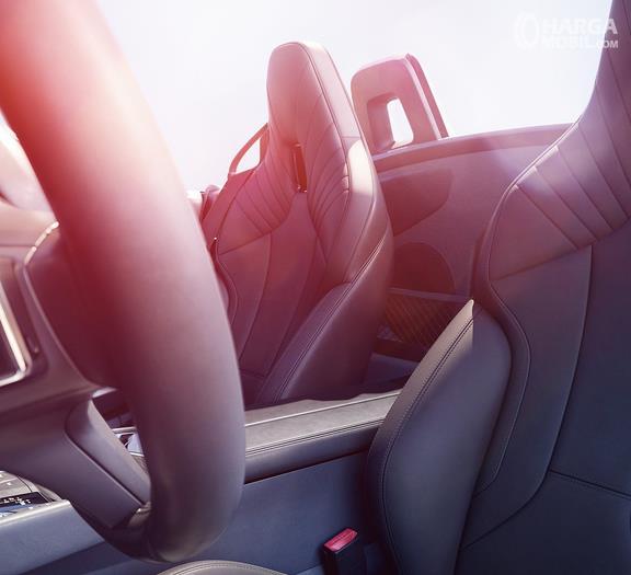 Gambar ini menunjukkan jok mobil BMW Z4 M40i 2018 dan terlihat jahitannya sangat rapi