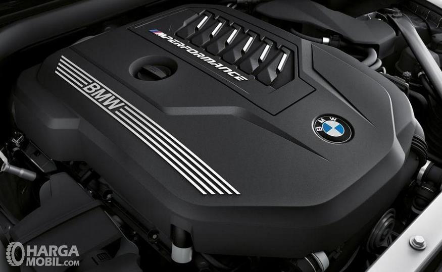 Gambar ini menunjukkan mesin BMW Z4 M40i 2018 dengan tulisan BMW dan performance