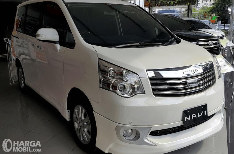 Gambar ini menunjukkan mobil Toyota NAV1 V Limited A/T warna putih tampak depan