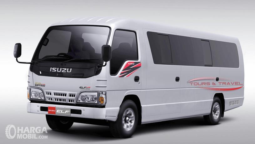 Gambar ini menunjukkan mobil Isuzu Elf NKR 71 4T warna putih tampak bagian depan dan samping kiri