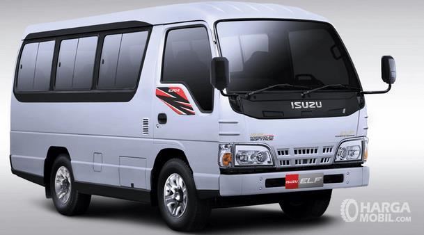 Gambar ini menunjukkan mobil Isuzu Elf NKR 55 CO warna putih tampak bagian depan dan samping kanan