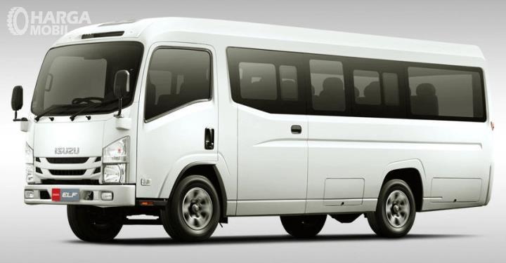 Gambar ini menunjukkan mobil Isuzu Elf NLR 55 B warna putih tampak bagian depan dan samping kiri