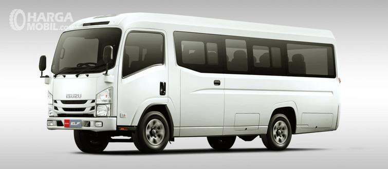 Gambar ini menunjukkan mobil Isuzu Elf NLR 55 BX warna putih tampak bagian depan dan samping kiri