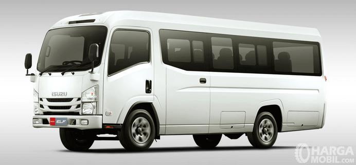 Gambar ini menunjukkan mobil Isuzu Elf NLR 71 BL warna putih tampak bagian depan dan samping kiri
